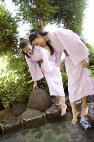 露天風呂に足を浸かる女性2人