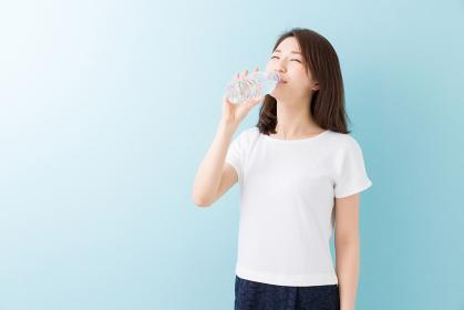 水を飲む女性 ペットボトル
