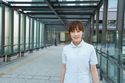 病棟を歩く看護師