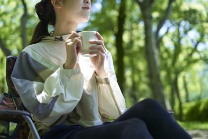 一人キャンプを楽しむ若い日本人女性