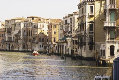 水路とアパート