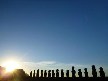 チリ・イースター島のトンガリキにて一列に並ぶ15体モアイ像の朝日の様子