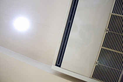 天井吊り下げ型のスリムエアコン