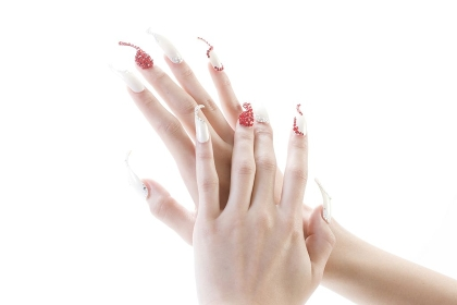 つけ爪の女性の手