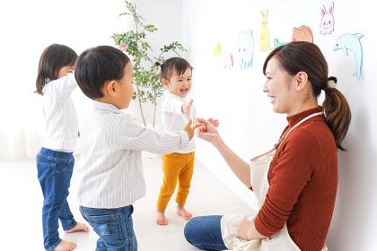 こども園・保育園・幼稚園で遊ぶ子供と先生