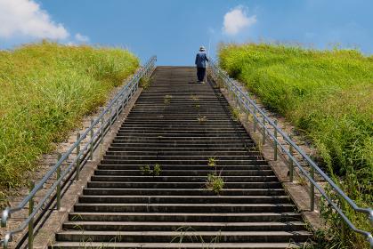 夏空と堤防の階段 8月