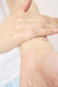 化粧水を使う女性の手