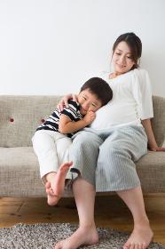 ソファに座る男の子と妊婦さん