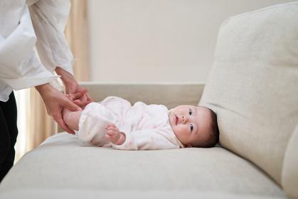 ソファーに寝っ転がるアジア人の赤ちゃん