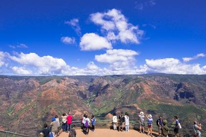 ハワイ カウアイ島 ワイメア渓谷と観光客
