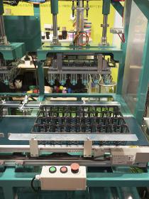 フラワーポットをトレーにセットする機械