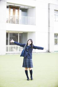バンザイをする女子高生