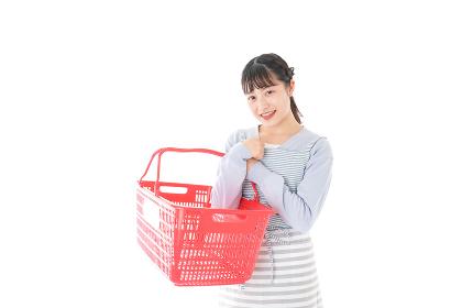 スーパーで買い物をする若い主婦