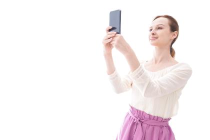 セルフィーを撮影する若い女性