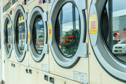 ドラム式洗濯乾燥機が並ぶコインランドリー
