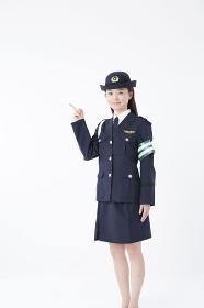 指差しをする女性警察官