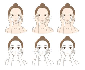 洗顔、化粧水、クリームでスキンケアをする女性(正面)