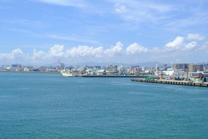 鹿児島の錦江湾に流れる美しい港の風景