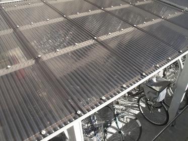 自転車置き場の採光用のトタン屋根