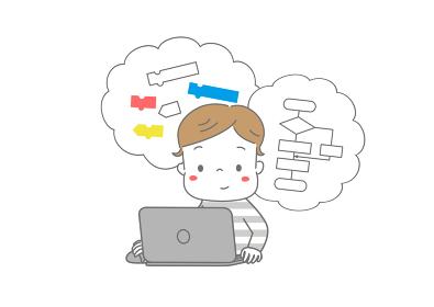 パソコンでプログラミング学習をしている男の子