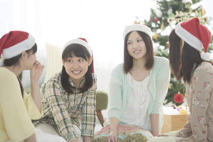 クリスマスパーティーの相談をする4人の女性