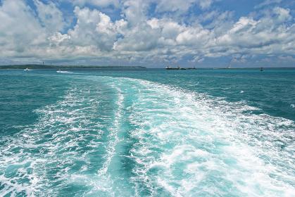 宮古島の海 船後ろ 八重山諸島 沖縄県