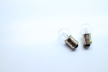 右によっている2個の電球