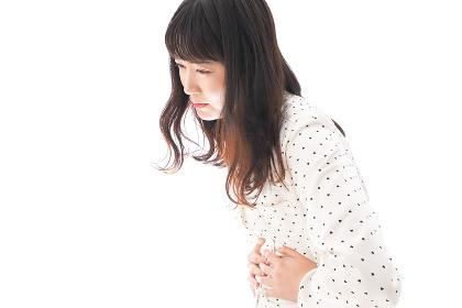 腹痛で苦しむ若い女性