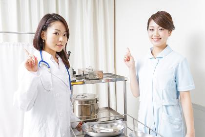 アドバイスをする医師と看護師