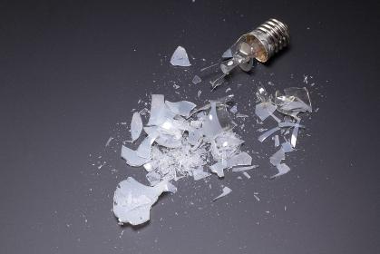割れた白熱電球