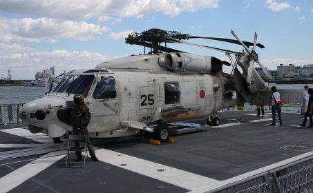 甲板上のSH-60Kヘリコプター(2011年の神戸港における海上自衛隊一般公開イベント)