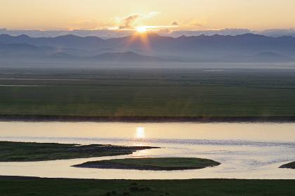 モンゴルの大平原に上がる太陽