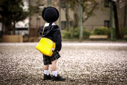 迎えを待つ幼稚園児