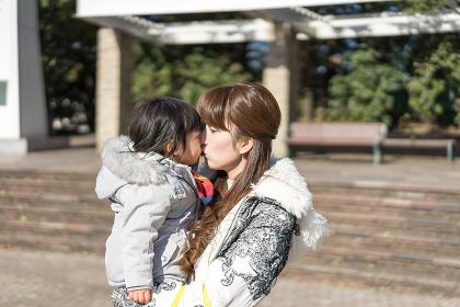 チューする母と子供(愛情表現・スキンッシップ)