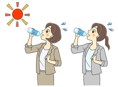 屋外で水分補給するスーツの若い女性2人
