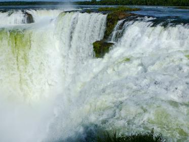 アルゼンチン・ブラジル国境エリアのイグアスの滝にてハイライトの悪魔の喉笛
