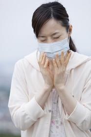 マスクをした20代女性