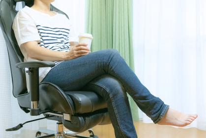 コーヒーを飲みながらブレイクする女性