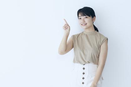 ポーズをとる若い日本人女性