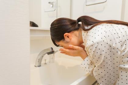 顔を洗う若い女性