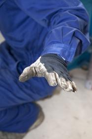 軍手をする労働者の手