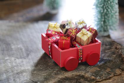 森の中に置かれたサンタクロースが持ってきたクリスマスプレゼント