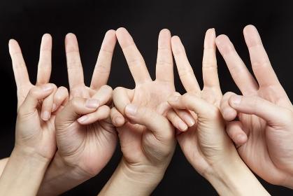 ピースする男女の手