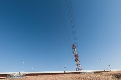 冬の青空と送電線