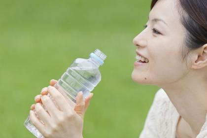 水を飲む20代女性