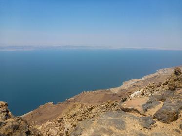 ヨルダン側から見えるイスラエルとの国境にある塩湖の死海