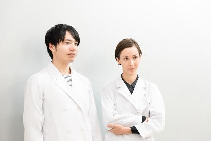 白衣姿の外国人の男女(医者・科学者・学者)