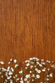 机に置かれたカスミソウの花束 2 縦位置