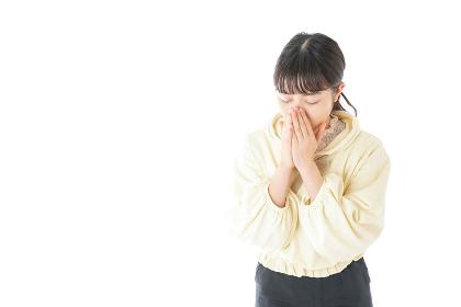 喉の痛みに苦しむ若い女性