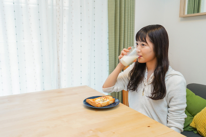 朝食を食べる若い女性